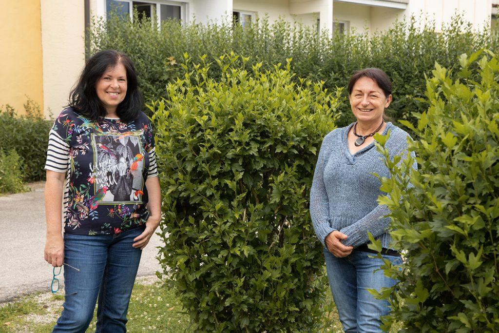 Foto von Brigitta Mayr Administratorin und Bernadette Märzinger Obfrau der LernOase Mondsee