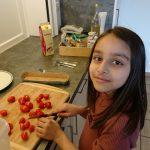 Die Kinder helfen mit bei der gesunden Jause LernOase Mondsee